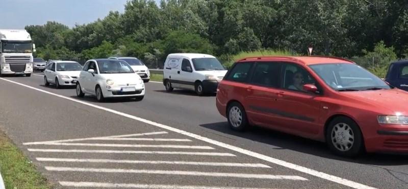 Tíz kilométeres a dugó az M7-esen a Balaton felé