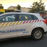 A Fogarasi úti trolimegállóhoz szorított egy autó egy nőt - fotók