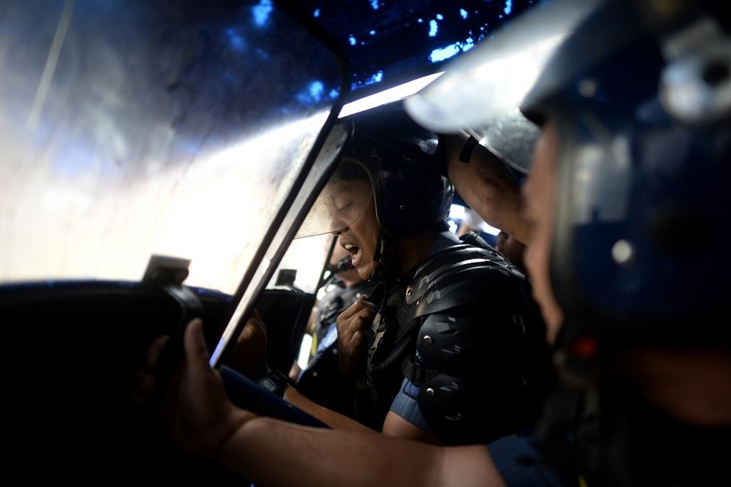 afp.15.06.26. - Manila, Fülöp-Szigetek: Rendőrök védekeznek az illegális házfoglalók kilakolttása közben a fülöp-szigeteki Manilában - 7képei