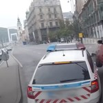 Videó: Rendőrautóba csapódott egy Toyota a Ferenciek terénél