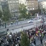 """""""Lehet, hogy a Duna elválaszt minket, de a miniszter nem fog!"""" - tüntettek a diákok"""