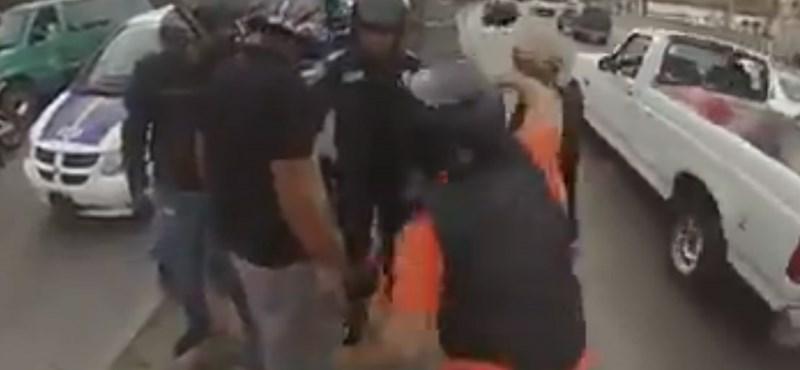 Motoros banda támadt egy taxisofőrre Mexikóban – videó