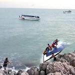 Felborult egy túl gyorsan haladó hajó Thaiföldön, turisták haltak meg – fotók