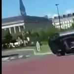 Instant karma: menőzni akart a Mercedes sofőrje, nagyon rosszul járt