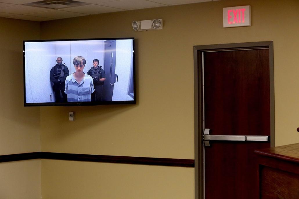 epa.15.06.19. - Charleston, South Carolina, USA: Televíziós felvétel a charlestoni tömegmészárlással gyanúsított Dylann Storm Roof (k) kihallgatásáról egy charlestoni bíróságon - évképei