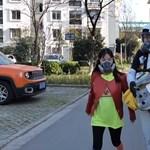 """Szürreális """"páncélt"""" épített egy kínai férfi, hogy megvédje gyermekét a koronavírustól"""