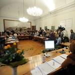 Szavaztak Esztergomban: újraindulhat az étkeztetés és a közvilágítás