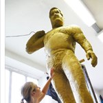 Már áll a Corvin-negyedben a Bud Spencer-szobor – fotó