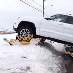Ezzel a felcsatolható lánctalppal nincs akadály egy Jeep előtt – videó