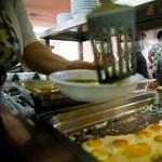 Az év utolsó iskolai szünetében is kapnak meleg ételt a rászoruló gyerekek
