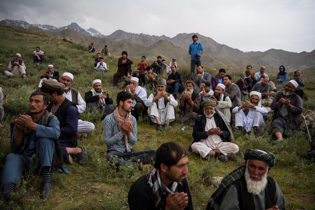 afp.18.04.30. - Kabul, Shah Marai  AFP fotós barátai és munkatársai imádkoznak a fotóriporter temetésén 2018. április 30-án
