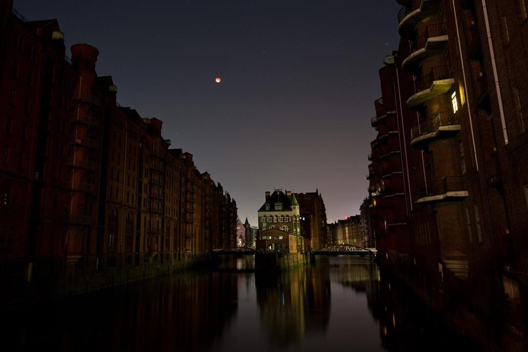 afp.15.09.28. - Hamburg, Németország: - holdfogyatkozás, szuperhold