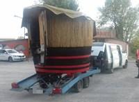 Óriási dézsát vitt az utánfutóján egy magyar sofőr