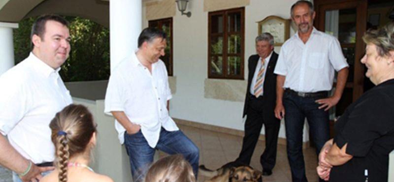 Fotók: Orbán meglátogatta L. Simon birtokát