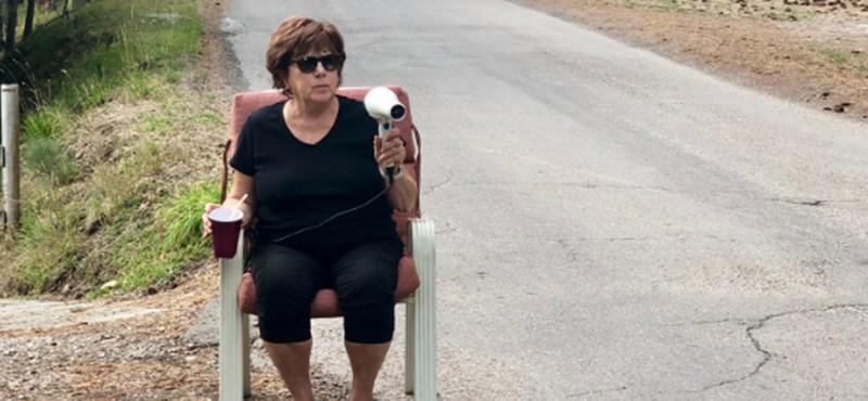 Hajszárítóval a kezében ül egy nagymama az út szélén, hogy lelassítsa a gyorshajtókat