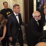 Kifütyülték Orbánt Prágában az operaház előtt – videó