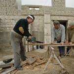 Falusi csok: könnyen pórul járhatnak a kalákában építkezők