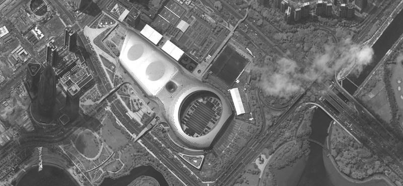 Műholdfelvételek mutatják, ahogy a hongkongi határnál egy stadionban várakoznak a kínai hadi járművek