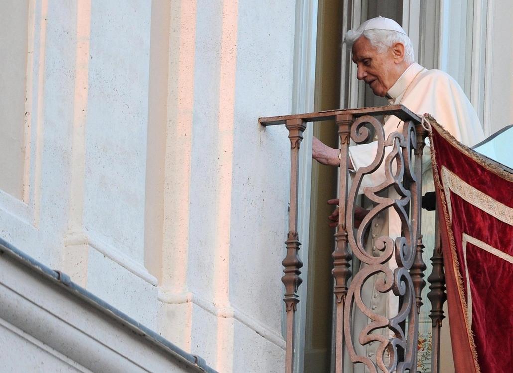XVI. Benedek Pápa lemondása, Castel Gandolfo, 2013. február 28. XVI. Benedek pápa visszatér az erkélyről szobájába, miután üdvözölte a Rómától délre fekvő Castel Gandolfó-i nyári rezidencia előtt összegyűlt híveket 2013. február 28-án. A római katolikus e