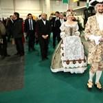 """""""Méltatlanul"""" viselték a magyar koronát – kiakadtak a korona szimpatizánsai"""