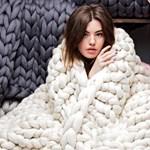 Vastag fonalból kötött takarókkal szakít nagyot egy ukrán lány