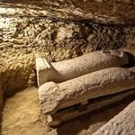 Szarkofágokkal teli 16 ókori sírt találtak Egyiptomban