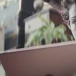 A legszívesebben téglát dobnék a tévébe: irritálja a felhasználókat az Apple egyik reklámja
