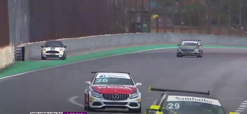 Mr. Bean a valóságban: egy autós hajtott a versenypályára futam közben