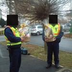 Fotó: rendőrök ajándéktárggyal