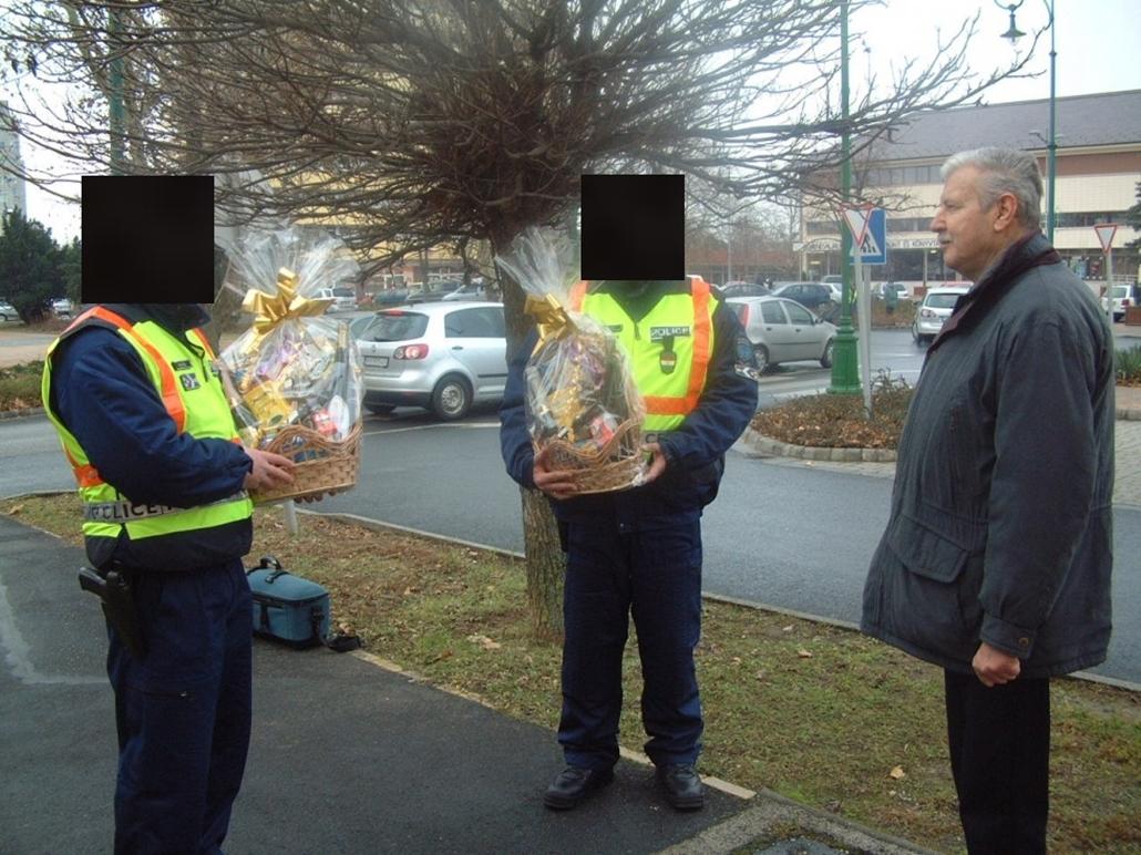 policehu_ ajándékcsomagot kaptak a rendőrök