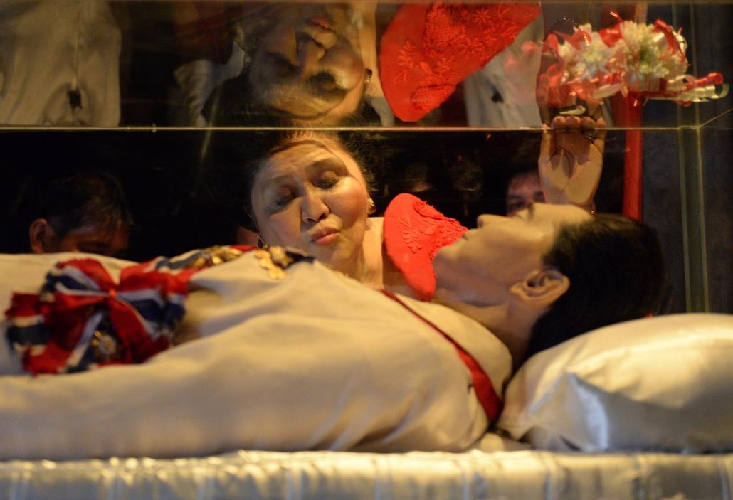 afp.14.07.02. -  Batac, Fülöp-szigetek: a korábbi fülöp-szigeteki first lady, Imelda Marco csókja 85. születésnapján egykori férjének, Ferdinand Marcosnak a helyi mauzóleumban. - 7képei