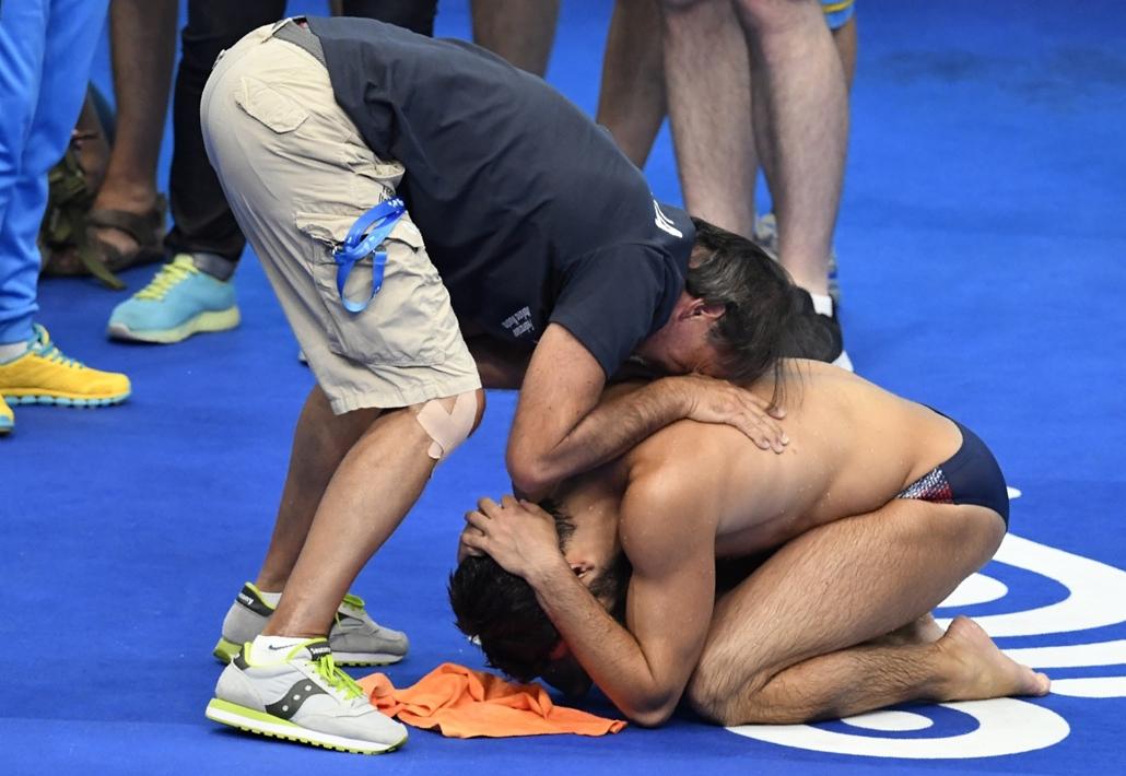 afp.17.07.16. - Edzője gratulál az olasz Giovanni Toccinak, miután harmadik helyezést ért el a férfi 1 méteres műugrás számban július 16-án. - fina vizes vb