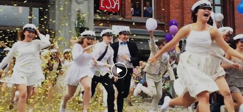 Svédországban ennyire őrült ballagást tudnak szervezni: videó