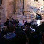 Az MTV volt székháza elé vonultak a szélsőjobboldali tüntetők