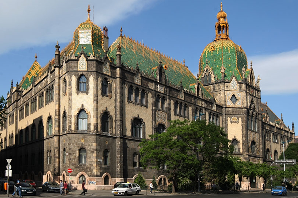 A budapesti Iparművészeti Múzeum a londoni és a bécsi társintézmények után Európában harmadikként jött létre. A megépítésére kiírt pályázaton a Lechner Ödön és Pártos Gyula által benyújtott terv nyert. A palota avatására 1896-ban került sor.
