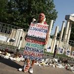 """Feljelentést tesz a Szabadság téri szobor alkotója """"a kormányt rágalmazók ellen"""""""