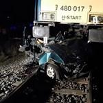 Fotók: felismerhetetlenné roncsolta a kivilágítatlan autót a gyorsvonat – két halott
