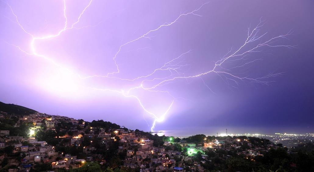 afp. nagyítás - hét képei - villám Haitin - 2014.05.29. Lightning strikes during an evening thunderstorm on May 29, 2014 in the Haitian capital Port-au-Prince.