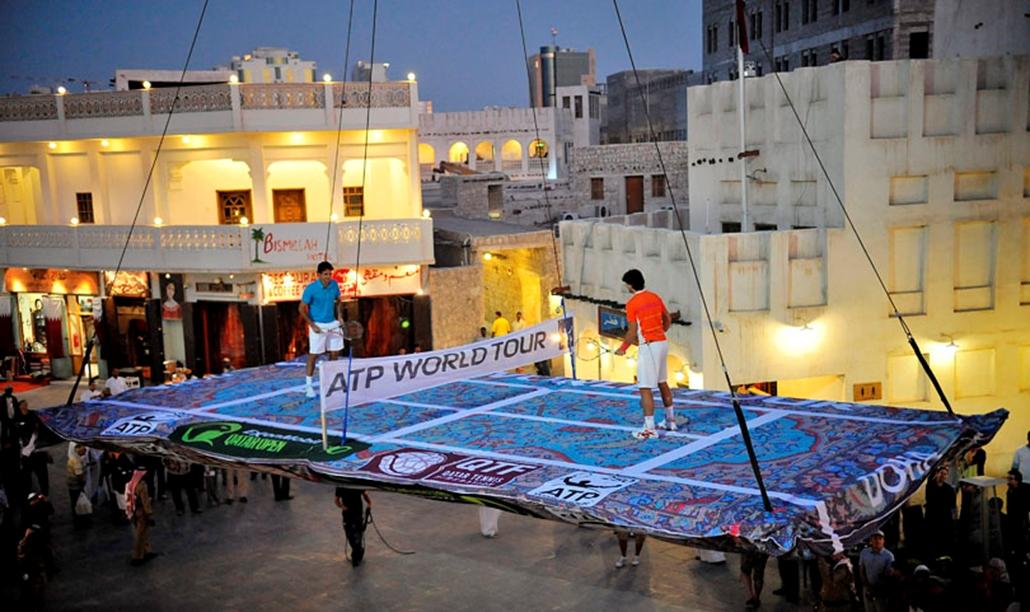 A svájci Roger Federer és a spanyol Rafael Nadal levegőben függő teniszpályán tartanak bemutatót Dohában 2010. január 3-án, a másnap kezdődő tenisztorna előzeteseképpen.