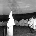 Ku-Klux-Klan-tagnak öltözött egy gyerek az iskolai farsangon