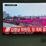 Videó: Tízezres tömegfelvonulásnak integetett Kim Dzsong Un