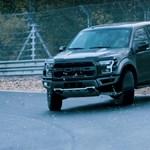 Őrült látvány, ahogy a Nürburgringen driftel a Ford F-150 Raptor – videó