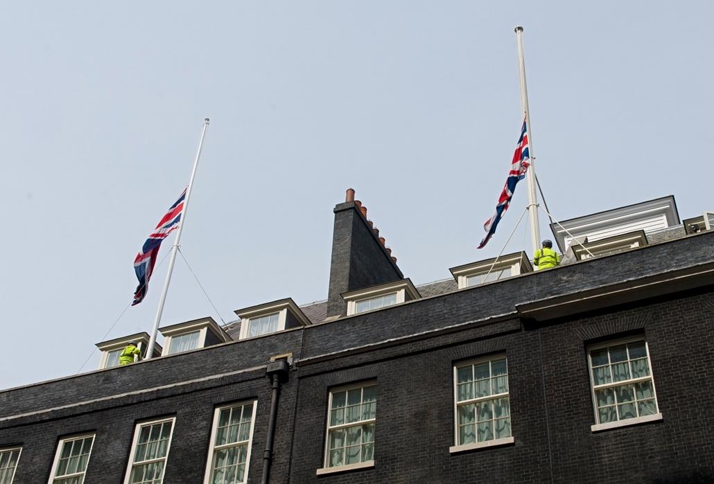 London, 2013. április 8. -  Margaret Thatcher halálát követően félárbócra eresztették a miniszterelnök hivatalos rezidenciájának lobogóit a Downing street 10. alatt