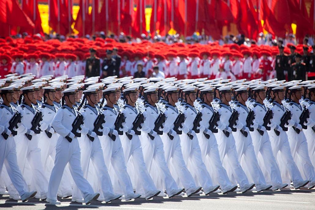 Haditengerészek menetelnek a Kínai Népköztársaság kikiáltásának 60. évfordulója alkalmából tartott díszszemlén a pekingi Csangan úton 2009. október 1-jén.