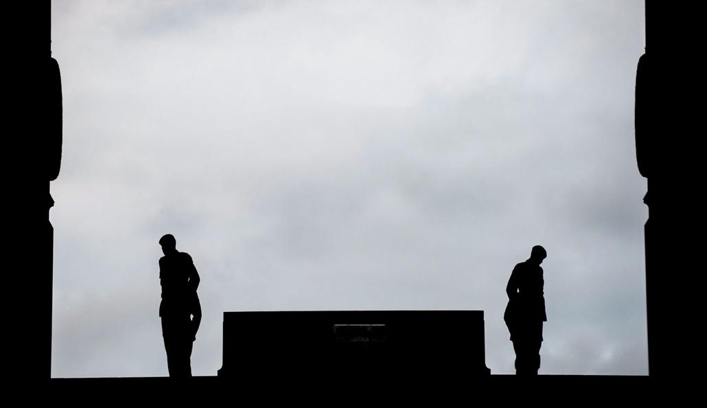 epa.16.07.01. - A brit védelmi minisztérium által közreadott képen katonák virrasztanak az elsõ világháború somme-i csatájában elesett brit katonák emlékmûvénél az észak-franciaországi Thiepvalban 2016. július 1-jén hajnalban, az ütközet elsõ napjának szá