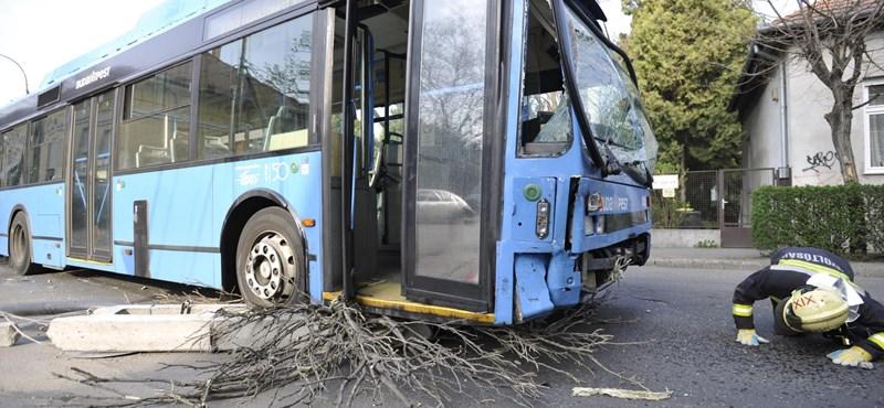 Autókkal ütközött egy BKV-busz, villanyoszlop is dőlt – fotók