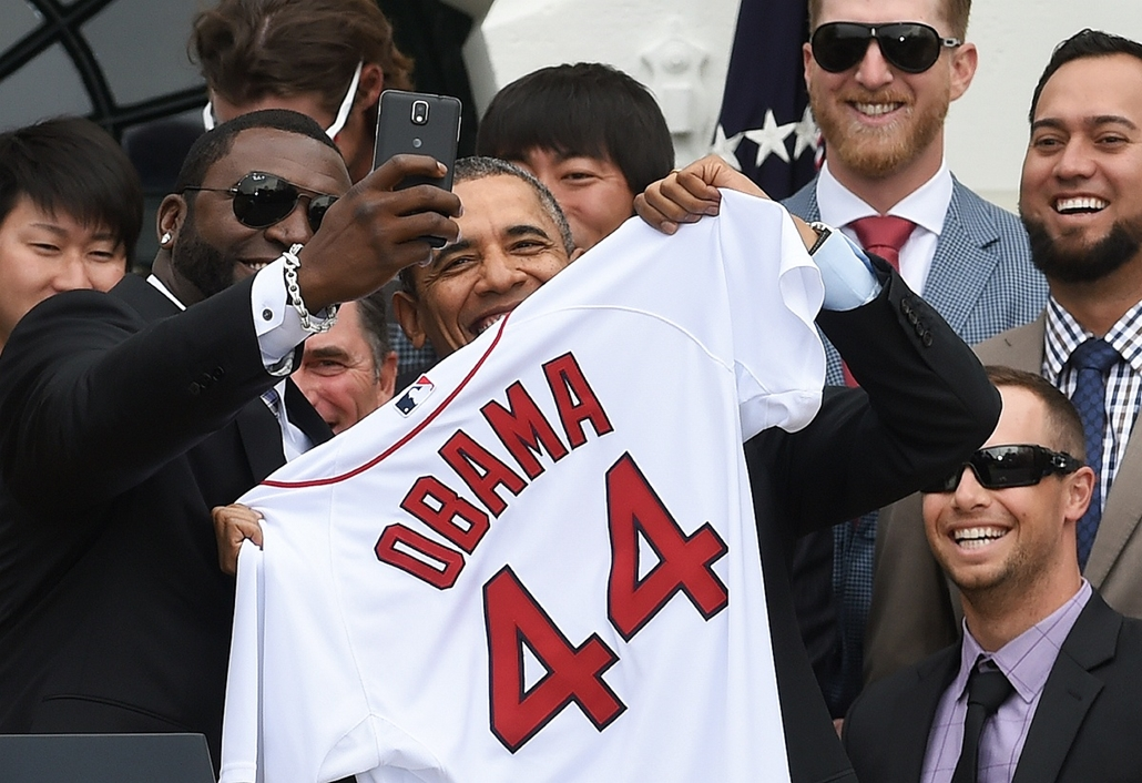 afp.14.04.01. - Washington, USA: David Ortiz, a Red Sox játékosának szelfije Barack Obamával