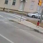 Így mentett meg egy amerikai buszsofőr egy mezítláb lődörgő kisfiút