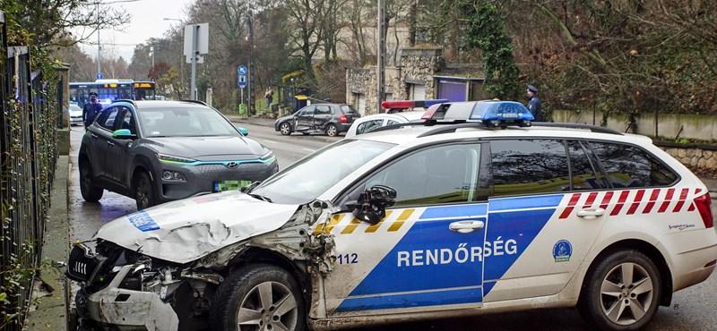 Rendőrautók karamboloztak Budapesten, egy rendőr kórházba került