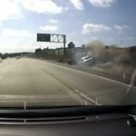Ilyen baleset a vége, ha összebalhézik két autós nő - videó